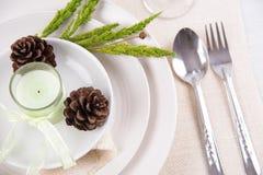 Äta middag den vita plattan för tabellinställning med stearinljus, blomma, tappning c Royaltyfria Foton