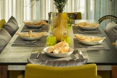 Äta middag det moderna hemmet för tabell Royaltyfri Bild