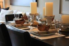 äta middag elegantly den set tabellen för lokal Fotografering för Bildbyråer