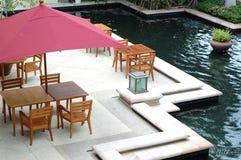 äta middag för restaurangtabell för dörr ut trä royaltyfri bild
