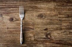 Äta middag gaffeln på tappningträtabellen arkivfoton