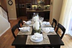 äta middag home lyxig lokal royaltyfria bilder