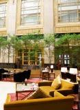 äta middag hotelllyx för atrium Arkivfoton