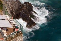 Äta middag i Vernazza, Cinque Terre, Italien Arkivbilder