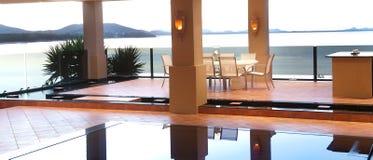 äta middag lyxig poolside Royaltyfri Foto