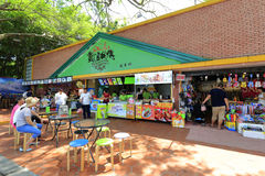 Äta middag och fritid som shoppar område av gulangyuön Arkivfoto