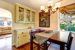 Äta middag område i gammalt hus Arkivbild