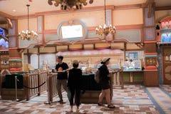 Äta middag område i Shanghai Disneyland i Shanghai, Kina arkivfoto