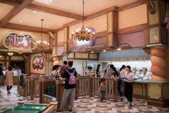 Äta middag område i Shanghai Disneyland i Shanghai, Kina royaltyfri bild