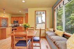Äta middag område med det träfastställda och hemtrevliga sammanträdestället för tabell Arkivbilder