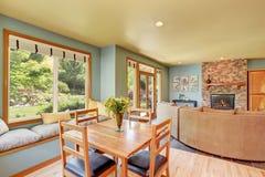 Äta middag område med det träfastställda och hemtrevliga sammanträdestället för tabell Royaltyfria Foton