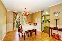 Äta middag område med tabelluppsättningen och trevliga gardiner Arkivbild