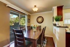 Äta middag område med trevliga träfastställda och nya blommor för tabell Arkivfoto