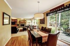 Äta middag område med utgången till uteplatsområde Arkivbild