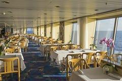 Äta middag område på en cruiseship Arkivfoto