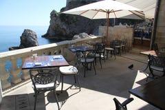 Äta middag på havet i Dubrovnik Kroatien Arkivbild