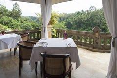 Äta middag på terrassen i jungel arkivbilder