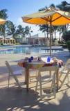 äta middag poolside Royaltyfri Foto