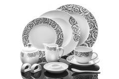 Äta middag porslinuppsättningen av plattor, koppen och servettcirkeln med prydnaden som isoleras på vit bakgrund, produktfotograf Royaltyfri Foto