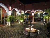Äta middag sent på natten på restaurangen Royaltyfri Bild