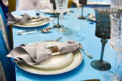 Äta middag servetten i metallhållare i platta på den festliga tabellen Arkivbilder