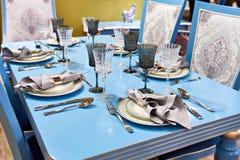 Äta middag servetten i metallhållare i platta på den festliga tabellen Arkivbild