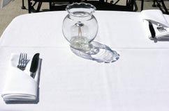 äta middag som är utomhus- Arkivfoto