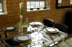 äta middag stilfull tabell royaltyfria bilder
