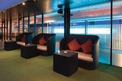 Äta middag stol eller soffan på terrass av restaurangen på skymningevenien Arkivbilder