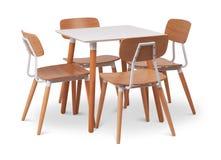 Äta middag tabell för brun träfyrkant med fyra stolar Modern formgivare och att äta middag tabellen och stolar som isoleras på vi arkivfoton