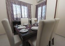 Äta middag tabell i en lyxig lägenhet Royaltyfria Bilder