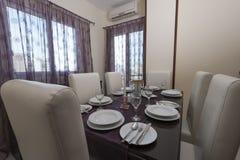 Äta middag tabell i en lyxig lägenhet Royaltyfria Foton