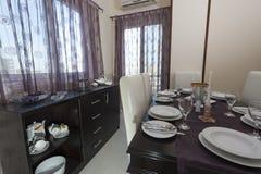 Äta middag tabell i en lyxig lägenhet Arkivfoto