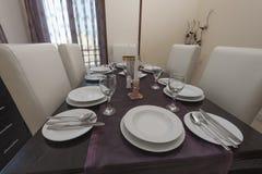 Äta middag tabell i en lyxig lägenhet Royaltyfri Foto