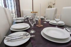 Äta middag tabell i en lyxig lägenhet Fotografering för Bildbyråer