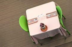 Äta middag tabell med den rosa tableclothen Arkivbild