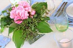 Äta middag tabell med en enkel blommaordning Arkivbilder