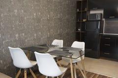 Äta middag tabell med uppsättningen av stolar i kök royaltyfri bild