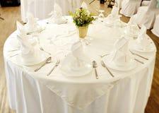 Äta middag tabell- och blommakorgen i mittkorg Royaltyfri Fotografi