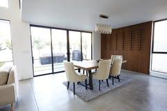 Äta middag tabell och stolar i stilfullt och modernt tomt hem fotografering för bildbyråer