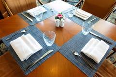 Äta middag tabell- och stoluppsättningen i restaurang Royaltyfria Foton