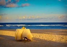 Äta middag tabell på sandig strand Arkivfoto