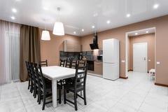 Äta middag tabellen för tio personer Modern interior för minimalismstilmottagning Enkel och billig vardagsrum med arkivfoton