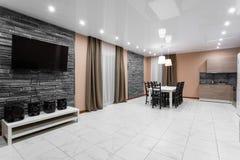 Äta middag tabellen för tio personer Modern interior för minimalismstilmottagning Enkel och billig vardagsrum med royaltyfria foton