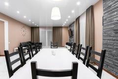 Äta middag tabellen för tio personer Modern interior för minimalismstilmottagning Enkel och billig vardagsrum med arkivfoto