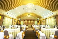 Äta middag tabellen i bankettkorridoren som göras med tappning, färga Fotografering för Bildbyråer
