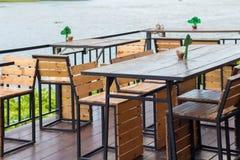 Äta middag tabellen i det hemtrevliga utomhus- kafét Äta middag tabellen bredvid ret Arkivbild