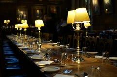 Äta middag tabellen i en korridor Arkivfoton
