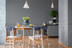 Äta middag tabellen i kök arkivbilder
