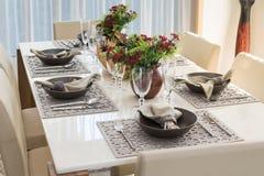 Äta middag tabellen i modernt hem Fotografering för Bildbyråer